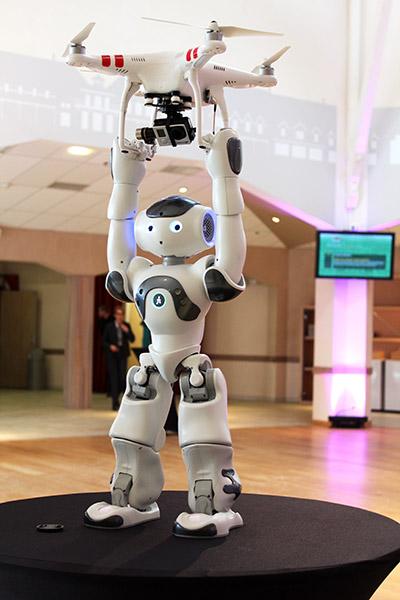 NAO portant un drone Quadrirotor DJI Phantom